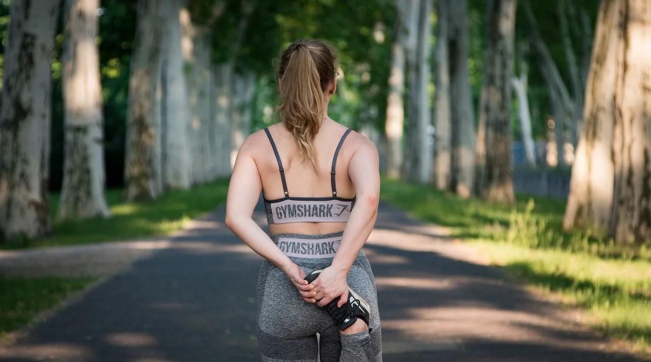 Kvinde gør sig klar til løb