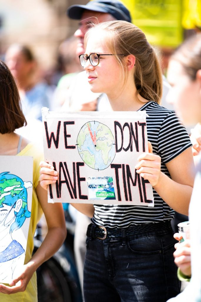 Pige ved demonstration
