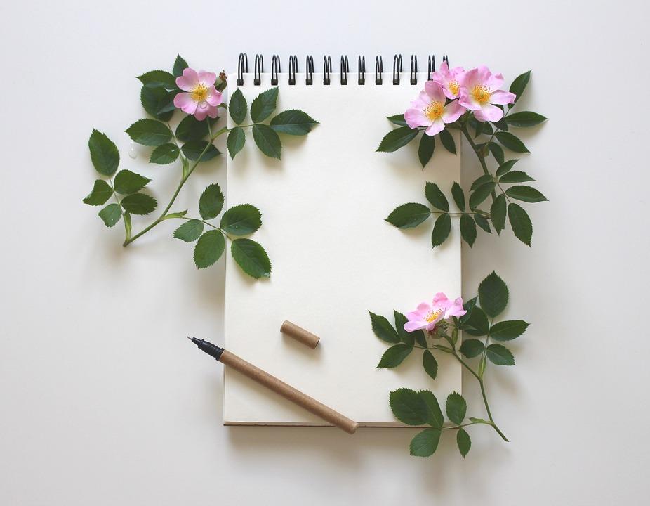 Notesbog med blyant og blomster